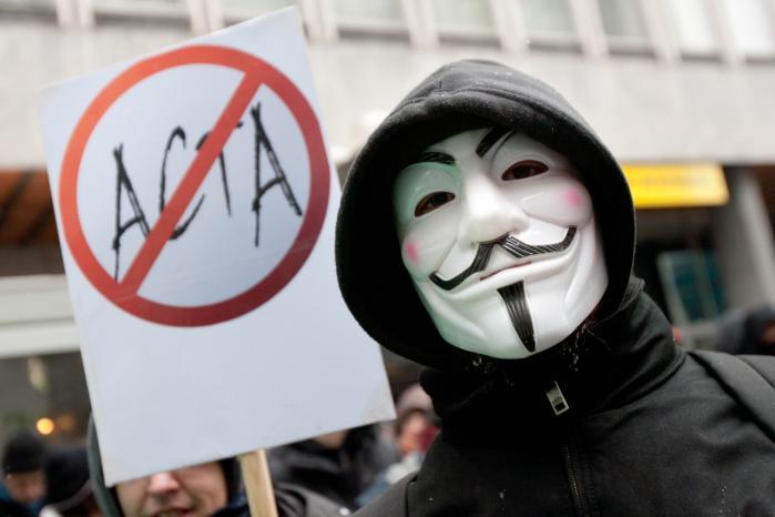 Demonstranter protesterer mod underskrivelsen af den internationale copyright-aftale ACTA (Anti-Counterfeiting Trade Agreement). Her i Slovenien, hvor regeringen tiltrådte aftalen i sidste uge, som kritikere mener, begrænser borgeres brug af et åbent, frit internet.