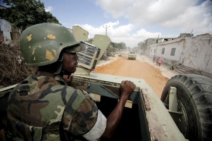 En soldat fra FN's fredsbevarende styrke i Somalia, AMISOM, på vej gennem Mogadishu. Når det internationale samfund igen er begyndt at interessere sig for Somalia skyldes det især, at det er lykkedes AMISOM at fordrive Shabab-militsen fra landets hovedstad, hvor flere vestlige lande nu er i gang med at åbne ambassader.