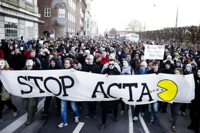 Tusinder af mennesker var i lørdags mødt op for at vise deres utilfredshed med ACTA-aftalen og for at demonstrere for et frit internet