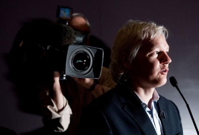 Medieorganisation WikiLeaks er gået igang med at offentliggøre fem millioner e-mails fra et amerikansk sikkerhedsfirma