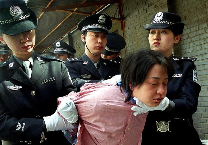 En kvinde føres til dødsgangen af de kinesiske myndigheder.  I et populært tv-show interviewes de dødsdømte lige før deres henrettelse.