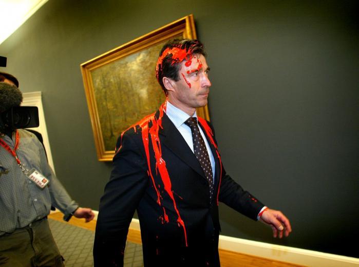 Billedet af Anders Fogh Rasmussen indsmurt i rød maling er blevet et ikon for VKO-perioden, mener dagens kronikør.