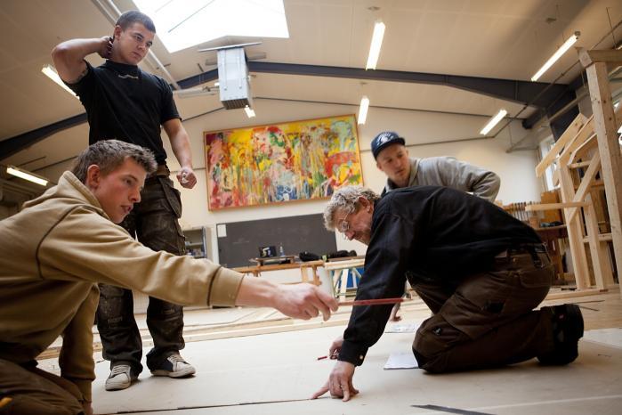 Frafaldet på ungdoms-uddannelserne er især et problem på erhvervsskolerne.  På Herningsholm Erhversskole har to elevcoaches hjulpet med til, at frafaldet er faldet med mere end 30 procent fra 2010 til 2011.
