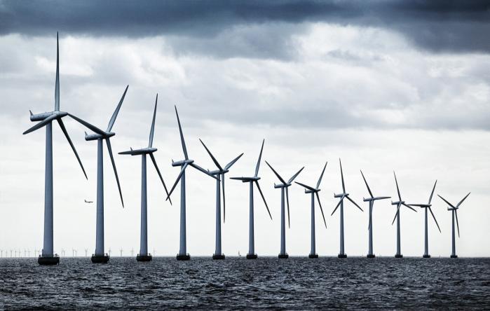 DONG Energy's konkurrenter på det europæiske marked for havvindmøller har flere muskler og råd til højere cheflønninger. Alligevel har DONG hidtil evnet at været nummer èt. Men med Anders Eldrups exit er spørgsmålet, om DONG kan fastholde sin førerposition