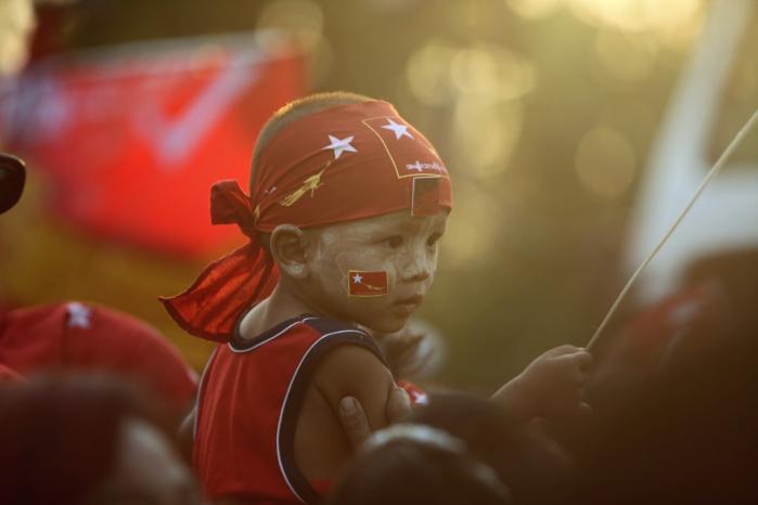 Selv om det endelige valgresultat først ventes om en uge, gav de foreløbige prognoser NLD-tilhængerne grund til at feste i Yangons gader.