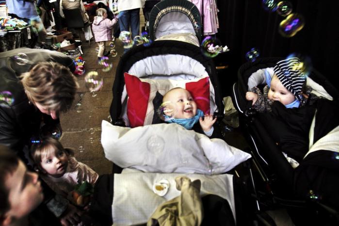 Det synes svært at være nybagte forældre. I takt med at gennemsnitsalderen for fødende kvinder har rundet 30 år, er forventninger og drømme om familieliv og det perfekte barn fulgt med. Den drøm eller angsten for ikke at gøre det godt nok har fået antallet af bøger om børn og opdragelse til at eksplodere.