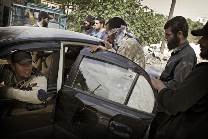 En gruppe oprørere tager en af Bashar Assads frygtede Shabiha-bøller til fange. Shabiha menes at være ansvarlig for drab på en hel del af de mindst 10.000 civile syrere, der har mistet livet det seneste år. Fangen blev senere frikøbt af sin  familie for omkring 5.000 kroner, som oprørerne så kunne bruge til at købe våben og ammunition.