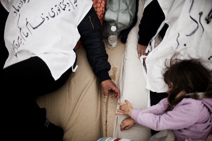 De iranske myndigheder kræver, at iranske statsborgere frivilligt ansøger om at få pas eller rejsedokumenter, hvis Iran skal tage imod dem. Og eftersom afviste iranske asylansøgere sjældent vil samarbejde med de myndigheder, som de er flygtet fra, er situationen fastlåst for iranerne i Sandholmlejren.