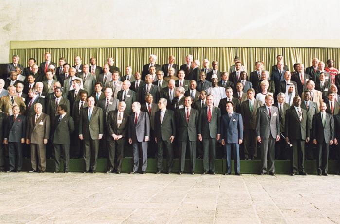 Da alverdens statsledere for 20 år siden mødtes i Rio de Janeiro for at sætte en global kurs for bæredygtighed, var optimismen enorm. Den Kolde Krig var slut, og verden var ny. Resultatet blev et ambitiøst eksempel på, at verdens lande kan samarbejde om fælles løsninger. Nu 20 år efter  drager verdens ledere igen til Rio. Men magtbalancen i verden er brudt op, og tilliden til internationalt samarbejde er i bund