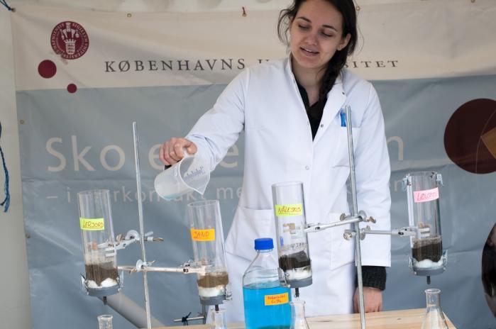 Målet med pointsystemet, som blev indført i 2009, var at skabe en mere retfærdig fordeling af forskningsmidlerne. Her en studerende fra Biologi på Københavns Universitet på Forskningens Dag i april.
