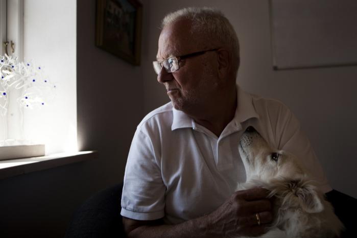 Har PET samarbejdet med f.eks. det israelske Mossad, der har haft andre dagsordener end opklaringen af Blekingegadebandens røverier? Hvis det er tilfældet, er det Jørn Moos' konklusion, at Blekingegadebanden har stået under beskyttelse af PET, fordi andre – i første række Mossad – havde en interesse i at følge med i, hvad banden havde gang i.