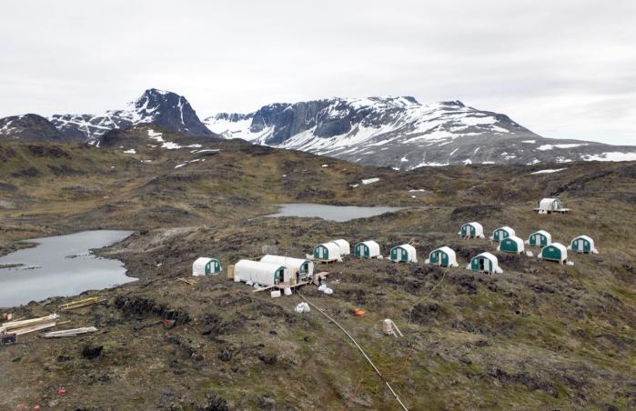 """span class=""""photo-credit"""">Foto:  John Rasmussen  Det australske mineselskab Greenland Mining and Energy Ltd foretager efterforskningsboringer efter uran i Narsaq i Sydgrønland. Landsstyret har bandlyst al uran-udvinding i Grønland Et stort flertal af befolkningen i Narsaq er nervøse. Ikke på grund af uranet, men mest for forurening med især støvet fra det dødsensfarlige mineral flour og for luftarten radon, der findes i fjeldet."""
