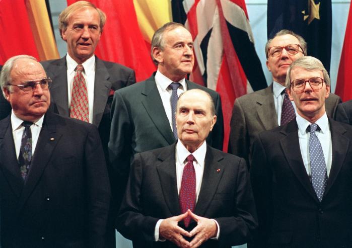 Tre af euroens grundlæggere på et EU-topmøde i 1993: Frankrigs François Mitterrand, Tysklands Helmut Kohl og bagest til højre, EU-Kommissionsformand Jacques Delors, som vedtog og satte skub i processen mod en fælles valuta i Maastricht i 1992. Den kom i omløb i EU i januar 2002. Forrest th. ses britiske John Major.
