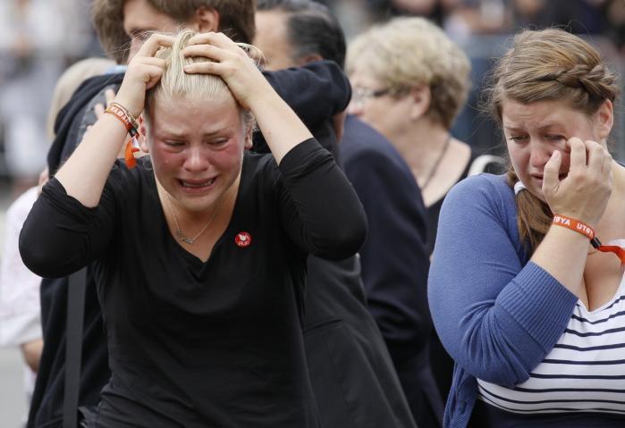 Denne weekend er det ét år siden, at 77 mennesker blev dræbt under angreb i Oslo og på Utøya. I den forbindelse har den norske antropolog Thomas Hylland Eriksen skrevet en bog, der fungerer som en slags manual til den norske ungdom i et samfund under angreb. ' Pludselig forstod vi, at der er noget vigtigt, som er på spil. Det, vi sætter pris på, kommer ikke af sig selv, og det må ikke tages for givet,' skriver Eriksen, der opfordrer den næste generation af unge til at engagere sig, bekymre sig og handle sammen. På billedet ses overlevende og pårørende ved en mindehøjtidelighed få dage efter terrorangrebene sidste sommer.