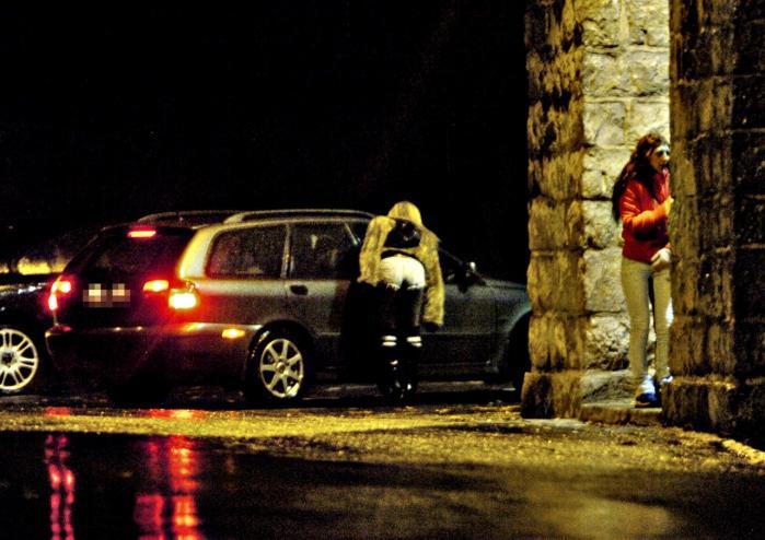 """span class=""""photo-credit"""">Foto: Truls Brekke  Prostituerede forhandler med kunder i Oslo. Norge har indført en lov, der som i Sverige kriminaliserer sexkøberne, men de prostituerede har ikke oplevet nogen forbedring af deres arbejdsforhold, snarere tværtimod, viser en undersøgelse af 123 sexarbejdere i Norge."""