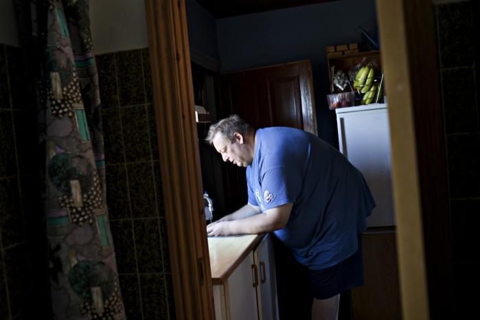 Kim Poulsen vejer 177 kilo. Han vil gerne i psykoterapeutisk behandling for sin overvægt, men han er jobsøgende og har selv betalt for 17 ugers højskoleophold, så han har ikke råd til flere behandlinger.