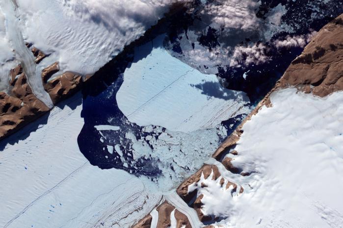 Forskere fra NASA publicerede i sidste uge opsigstvækkende satellitbilleder af den grønlandske indlandsis, der viser, at dette års afsmeltning af isen er både langt mere omfattende og foregået langt hurtigere end nogensinde tidligere observeret.