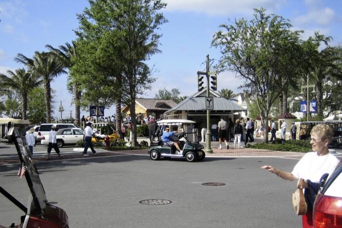 Indbyggerne i pensionistbyen The Villages i Florida, som mest af alt minder om Disneyland for gamle, vil gerne føle sig yngre end de omgivelser, de befinder sig i. Derfor er husene bygget i gammel stil og med kunstigt lavet patina, så byen kan repræsentere indbyggernes barndom.