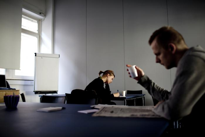 I løbet af de næste par måneder kommer vi til at se historier om fuldstændig desperation, siger arbejdsmarkedsforsker Henning Jørgensen. Her er det jobsøgende på et jobcenter i København.