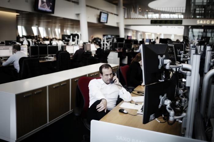 Dagens kronikører efterlyser et folkeligt opgør, der tager sit udgangspunkt i mere bevidste bankvalg blandt borgerne. Her ses en bankansat i Saxobanks bygning ved Tuborg Havn.  Arkiv