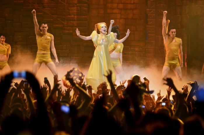 Musikalsk mangler Lady Gaga stadig for alvor at brage igennem på plade. Men det er vildt at konstatere, hvor smidig hun er som entertainer, skriver Ralf Christensen.  Information fik ikke tilladelse til at fotografere under koncerten i Parken. Billedet er derfor fra Lady Gagas koncert i Budapest tidligere i år.