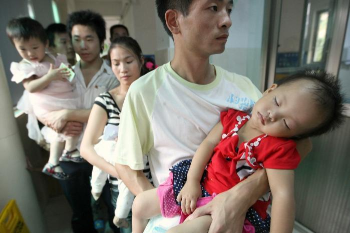 Kinesiske forældre og børn stod i kø på hospitalerne efter mælkeskandalen for et par år siden. Indblandet i skandalen var blandt andet Arlas nye partner i Kina.