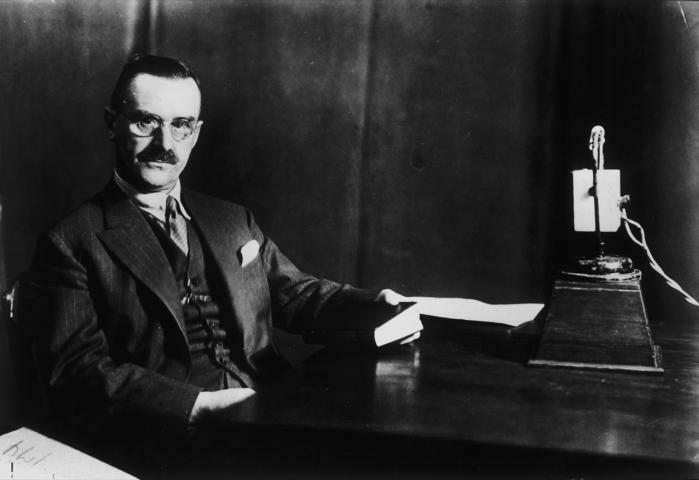 Indsigt. 'Målet er, at vi i fællesskab kan blive klogere på en forfatter, vi holder af,' fortæller Morten Dyssel Mortensen, der er stifter af og formand for Det Danske Thomas Mann Selskab. Her hovedpersonen selv under en radio-oplæsning i 1928.