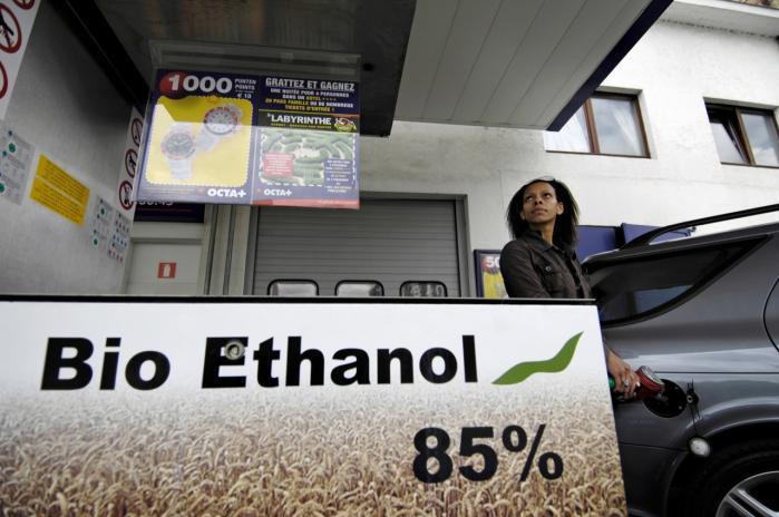 1. generations biobrændstoffer må højst udgøre fem pct. af transportsektorens energiforbrug, og CO2-kravene skal strammes, siger Connie Hedegaard i nyt direktivforslag. Dermed spærres for vækst i fremstilling af bioethanol- og diesel baseret på fødevareafgrøder