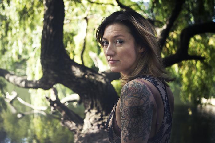 Charlotte Roches krop er mærket af hendes fortid som tv-vært på et musikprogram. På hendes venstre overarm findes en tatovering med et 'BG' inde i en cirkel. 'BG' står for Bloodhound Gang, et amerikansk rockband, som Roche engang interviewede. Bandet og den unge tv-vært udfordrede hinanden til at få lavet tatoveringer af logoer – den tv-station, Roche arbejdede for, og bandets eget – og de skiftedes til at få lavet tatoveringer. I dag er logoet omkranset af blomster, for Charlotte Roche ville have en tatovering, hun ville kunne lide som gammel. 'Og hvad kan gamle damer lide? Blomster!,' forklarer hun.