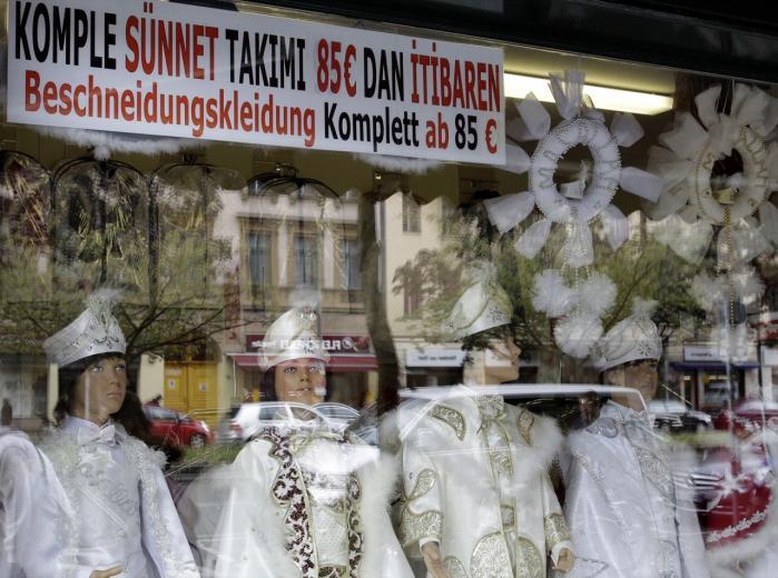 I bydelen Neukölln i Berlin er der igen kommet gang i salget af de traditionelle klædedragter, som muslimske drenge skal bære op til omskæringen.