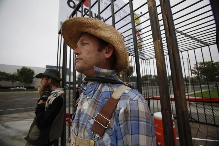 I går havde København besøg af vrede landmænd fra USA, der vil advare europæiske landmænd og myndigheder mod virksomheden Monsantos pesticidparate, gensplejsede afgrøder. Hjemme i USA demonstrerede landmænd i sidste måned ved at blokere indgangen til et af Monsantos' lagre i Californien.