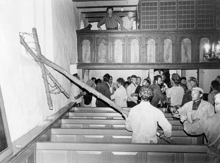 'Kirken er blevet kraftigt forskanset og vil ikke kunne tages tilbage uden stærk ydre vold', proklamerede deltagere fra Det Ny Samfunds sommerlejr ved Frøstrup, da de havde besat Hjardemål Kirke i 1970.