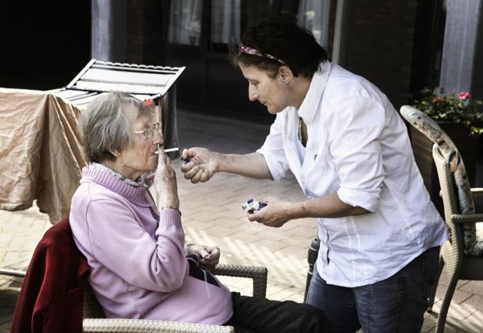 Landsbyen med 152 demente 'indbyggere' – ikke patienter – De Hogeweyk i Weesp ved Amsterdam er blevet et tilløbsstykke for hele verden. De demente er trygge og har ikke pludselige stemningsskift, fordi de er trygge. Til venstre beboeren Antje Roijter og plejeren Petra van Eijk.