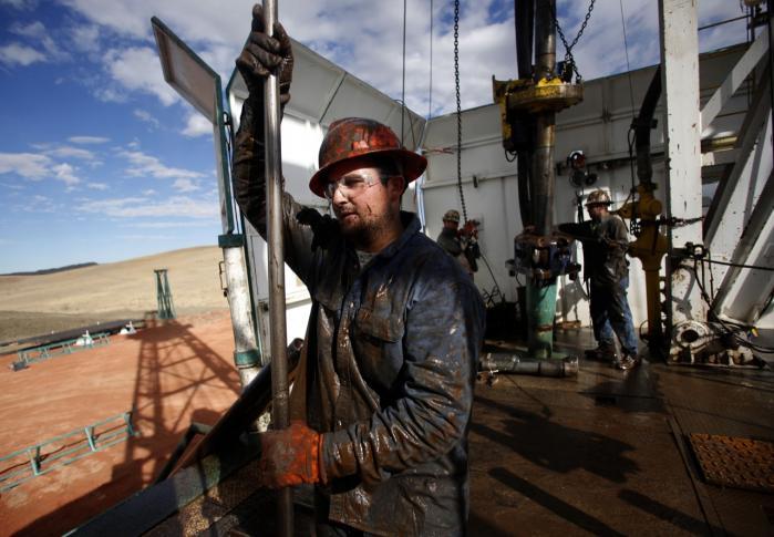 USA's olieproduktion vokser så hurtigt, at landet snart kan overhale Saudi-Arabien som verdens største olieproducent. Her en af de såkaldte 'roughnecks', Brian Waldner, der arbejder for selskabet True Company i North Dakota, hvor olieøkonomien boomer.