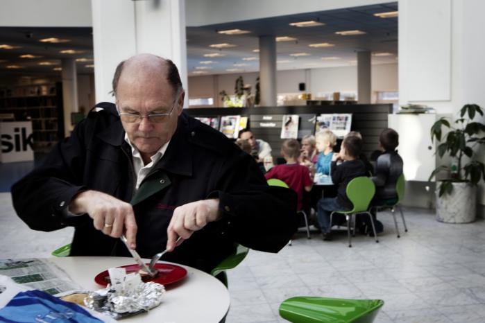Færre og færre låner bøger på folkebiblioteket, selv om besøgstallet sidste år steg med 150.000. Ifølge eksperter er institutionen med de støvede bøger i dag 'et hjem uden for hjemmet', som får lokalsamfundet til at hænge sammen. Det er også ambitionen hos biblioteket i Tårnby