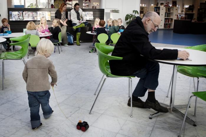 Folkebiblioteket. Modstanderne af bibliotekslukninger har hævdet, at det er nødvendigt at have mange lokale biblioteker, hvis man skal lokke danskerne til.
