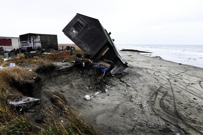 Optøet permafrost langs kysten ved landsbyen Shishmaref i Alaska har fået husene til at styrte sammen.