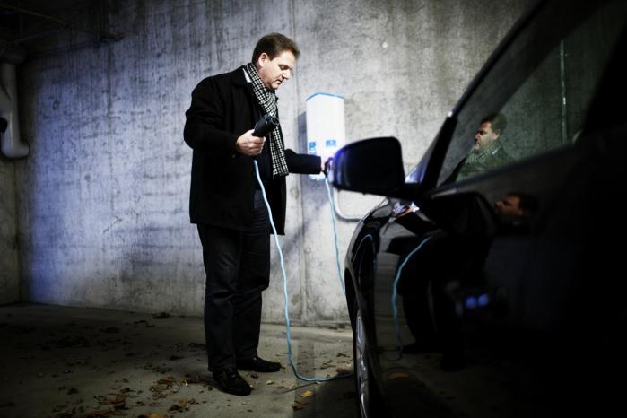 Typisk oplader familien Frederiksen selv bilens batteri om natten ved den ladestander, man har installeret i parkeringskælderen under boligejendommen, men ved længere ture – når familien i Aalborg f.eks. skal besøges – skiftes der batteri undervejs.