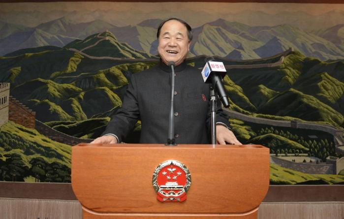 Nobelprisvinderen i litteratur, Mo Yan, taler ved den kinesiske ambassade i Stockholm. 'Jeg har fået Nobelprisen i litteratur, fordi jeg fortæller historier,' siger den kontroversielle forfatter.