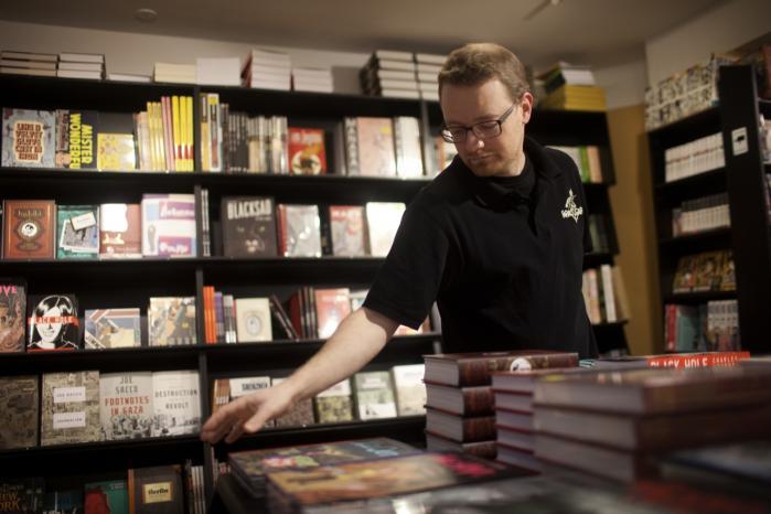 Stigende salgstal. Bo Haubjerg Jæger, der arbejder i tegneseriebutikken Faraos Cigarer, mener, at der har været en manglende seriøsitet omkring de grafiske romaner. Genren er dog de senere år blevet en mere anerkendt del af tegneseriemediet, forklarer han.