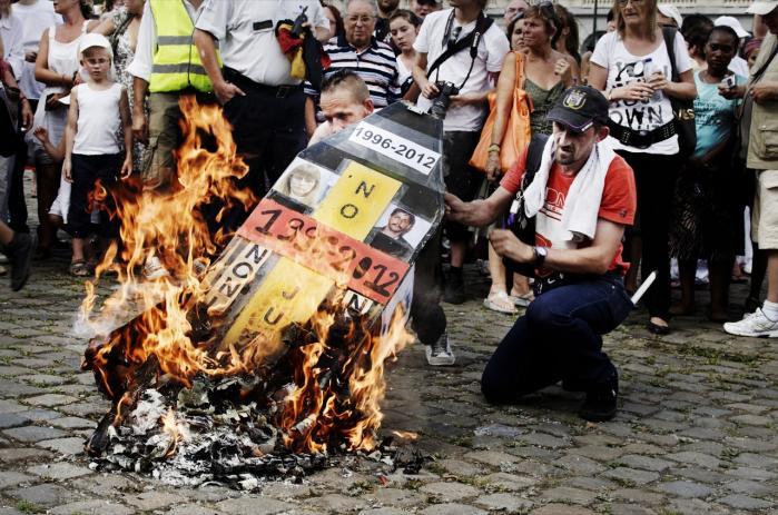 Protesterne var massive i Belgien sidste år, da det stod klart, at Michelle Martin, der var gift med Marc Dutroux, der i midthalvfemserne bortførte, torterede, misbrugte og myrdede flere piger, skulle løslades efter at have afsonet 13 år af sin dom. Dutroux selv er idømt livsvarigt fængsel.