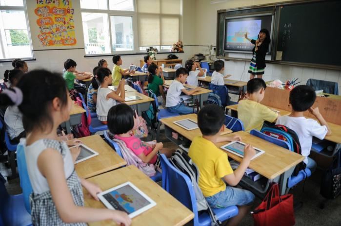 Selv i Kina, som kronikøren ville kalde et i(ndustri)-land, er man godt på vej med en digital revolution, hvor  selv provinsskoler bruger tablets og Ipads i de små klasser. Det vil revolutionere undervisningen, at man bruger it-systemer, så alle kan lære i deres eget tempo.