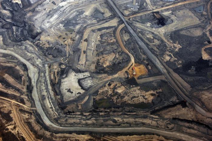 Omkostninger. Oliemine i Alberta, Canada. At hente olie ud af tjæresandet kræver store mængder energi, vand og kemikalier. Ifølge NASA's chefklimaforsker vil en fuld udnyttelse af det canadiske tjæresands olie indebære en dobbelt så stor CO2-belastning af atmosfæren som den samlede CO2-udledning fra menneskehedens historiske olieforbrug frem til nu.