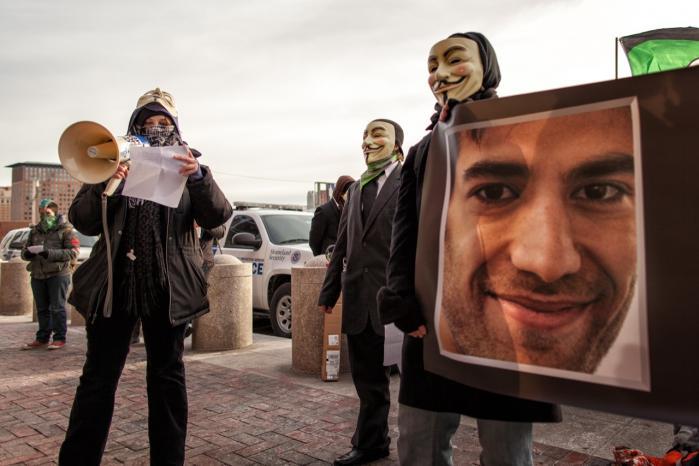 Den amerikanske internetaktivist Aaron Swartz blev arresteret af Secret Service, efter han havde lagt forskningsartikler fra en database ud på internettet til fri afbenyttelse. Fordi han mente, information skal være frit tilgængelig. Han begik selvmord i januar 2013, lige inden hans sag skulle for retten. I ugerne efter demonstrerede sympatisører foran retten i Boston, USA.   Arkiv