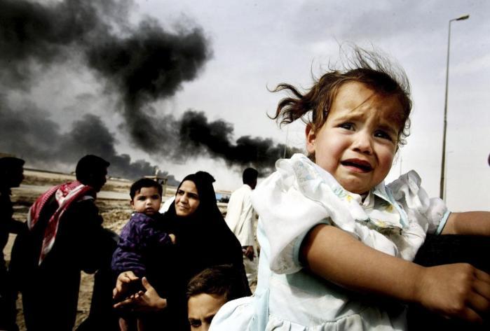 Den irakiske befolkning blev stillet demokrati i udsigt, da den internationale koalition invaderede landet i 2003. Men løfterne er langtfra blevet indfriet. Her ses familier på flugt fra Basra kort efter invasionen begyndte i 2003.