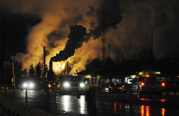 Mange pensionskasser, universiteter, byer, kommuner, stater m.fl. har købt aktier i fossile energi- og mineselskaber som dette anlæg til udvinding af tjæresand i Alberta, Canada. Og det kan blive et problem både for miljøet og investorerne, for værdierne risikerer at fordufte.