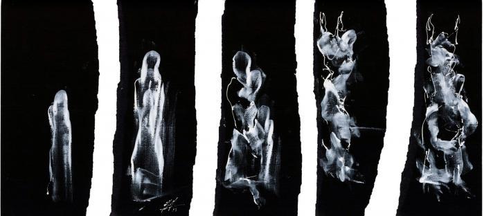 Mennesker træder frem af horisonten, når den syriskfødte simultantegner Kevork Mourad tegner med sin hvide maling direkte på sort papir under en videoprojektor. Men når personerne nærmer sig hinanden, rives papiret over – og de forsvinder. Ligesom det er tilfældet med folk i Syrien. Illustration: Dele af en tegning af Kevork Mourad, skabt under liveperformance i Rundetårn