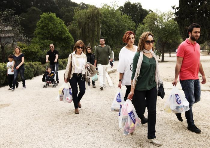 Nød. Velgørenhed er blevet en del af normalbilledet på Cypern. Her ankommer publikum til en koncert i Nocisia. I stedet for penge, betaler de med fødevarer og medicin, som fordeles blandt nødlidende.