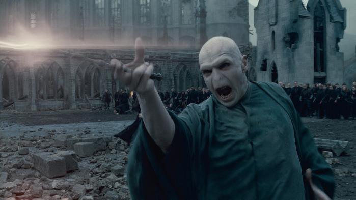 Mørkets fyrste. Historien om lord Voldemorts er ikke en brugbar ramme for at forstå, hvordan der regeres og føres politik. Men den er skabelon for en stor del af den kritik, der rettes mod den siddende regering.