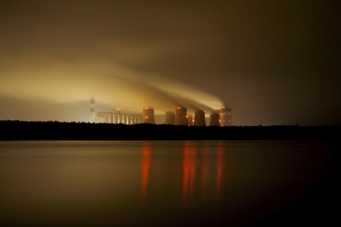 EU skal ved at sætte et stramt loft over 12.000 industrivirksomheder og energiselskabers tilladte CO2-udledning give incitament til at skære ned på de fossile brændsler og investere i energibesparelser og vedvarende energi.